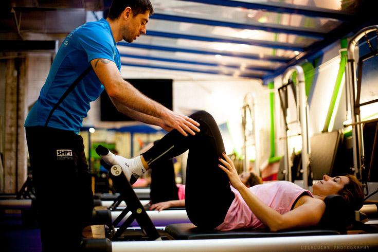 Gimnasio con preparador físico personal. Evitar lesiones en el gimnasio